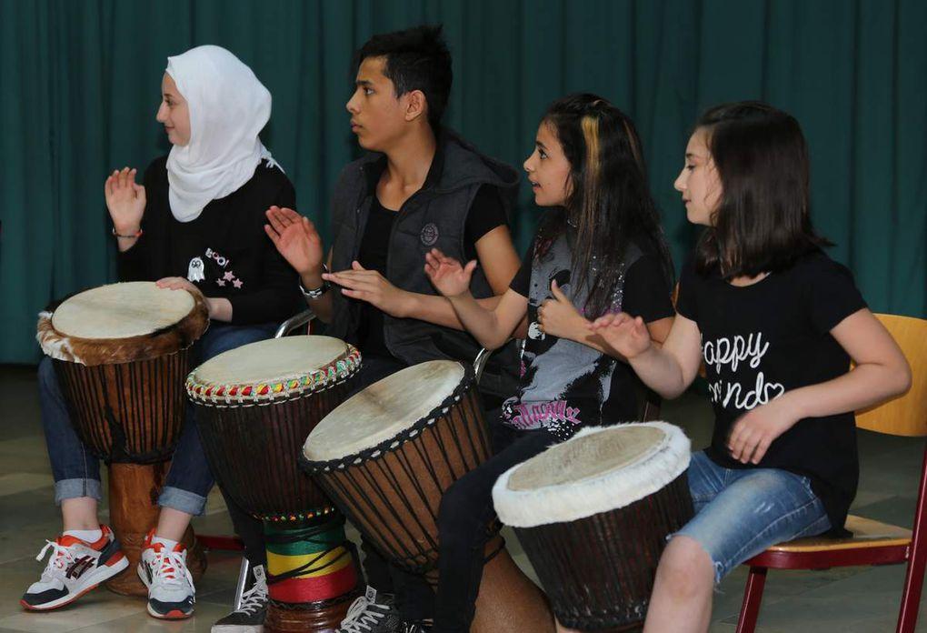 Die Schüler der Übergangs- und der Sprachenklasse hatten in einem Workshop mit Patrick  Mabiala aus dem Kongo eine Trommelvorführung einstudiert. Ihr Auftritt bildete den schwungvollen Abschluss des ersten Teils des Schulfestes in der Schulaula der Grundschule.