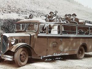 Ici, au premier plan, on reconnait un car Citroën 45 B dans les environs de Val-d'Isère (Savoie) sur la route du Col de l'Iseran  et du Mont Pourri en 1939. - Les touristes qui effectuent un tour dans la Grande Chartreuse ne peuvent échapper à la traditionnelle photo-souvenir. Le car, en bas, à gauche est un Citroën 10 U 12 1200kg de 1933. - Sur la photo, en bas à droite, prise aussi dans la Grande Chartreuse, l'autocar est un modèle pus grand, il s'agit d'un Citroën type 45 B.