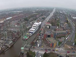 VIDEO - manoeuvre délicate pour le plus grand yacht jamais construit en Hollande