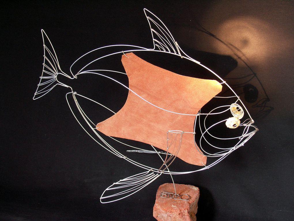 Fil de fer, brique rouge, cuir et coquillages - 45 x 30 x 45 cm Ht