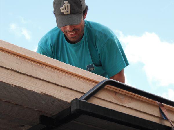 Après être passé rechercher quelques voliges, soigneusement attachés sur le toit de la camionette par notre amis Adil, au magasin COUGEMAT de Marchienne-au-pont, notre partenaire principal pour la fourniture du bois, nous plaçons les renforts sur les panneaux de coffrages.