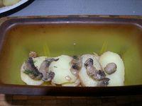 4 - Dans des moules en silicone (sinon penser à les beurrer) alterner successivement en couches :  pommes de terre, échalotes et champignons, oeufs, olives, crevettes et recommencer jusqu'à remplir au 3/4 les moules en terminant par une rangée de pommes de terre. Pour finir, verser dans les moules le mélange oeuf/crème fraîche qui doit bien recouvrir les pommes de terre. Parsemer le reste d'emmental râpé
