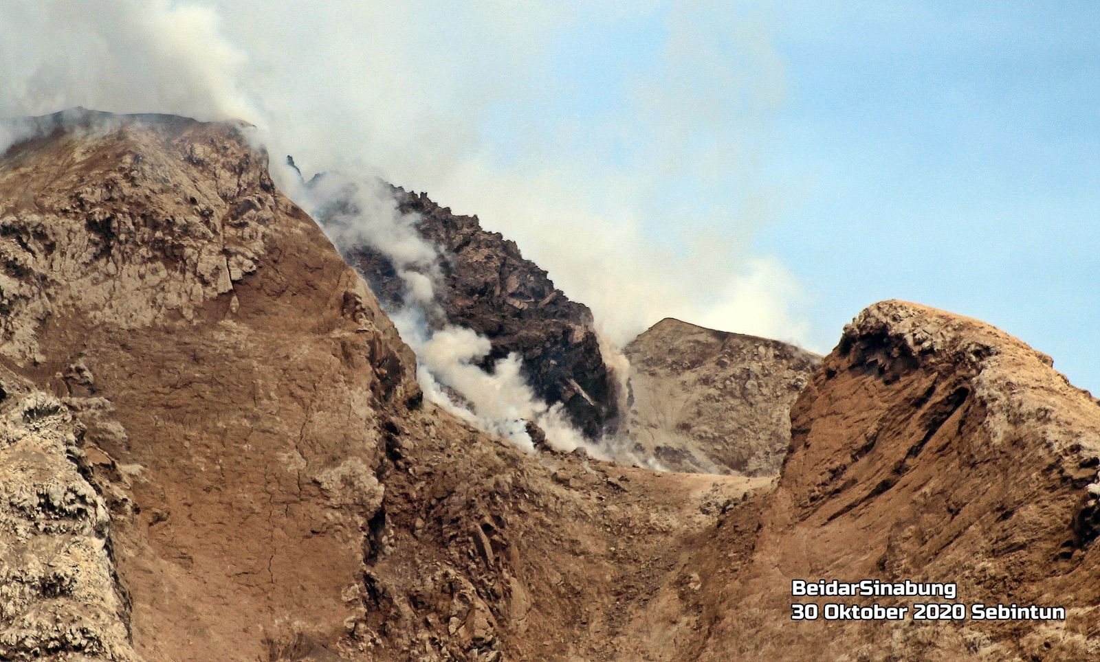 Sinabung - the summit dome and the faults - photo 30.10.2020 Firdaus Surbakti / Beidar Sinabung