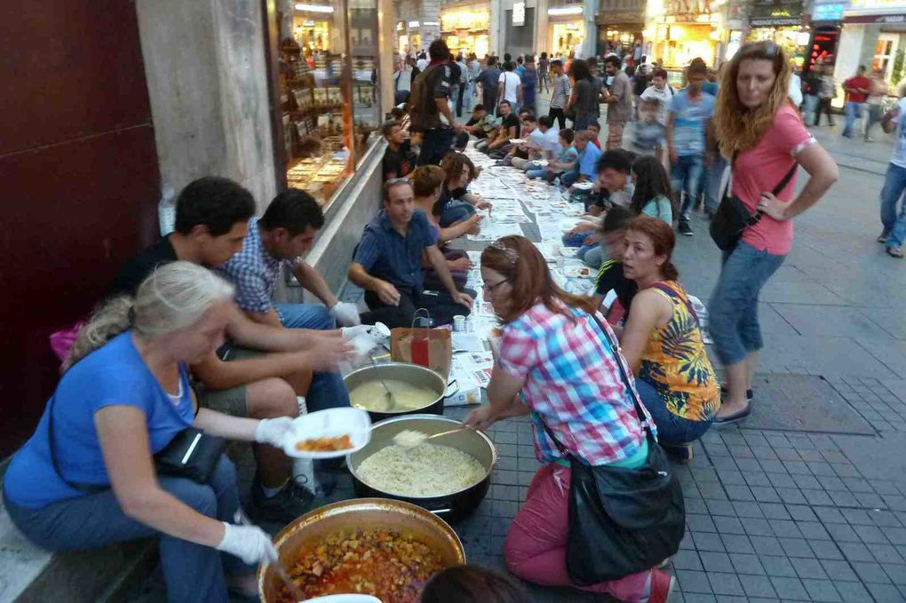L'iftar de la rue Istiklal, fin juillet 2013 © E.C.