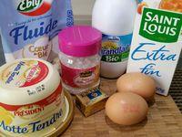 1 - Verser le lait (à température ambiante) dans un récipient, puis y ajouter la levure émiettée, les oeufs (2), 1 cuil. à soupe de fleur d'oranger, toute la farine, le sucre et la pincée de sel. Eviter le contact entre la levure et le sucre et le sel.