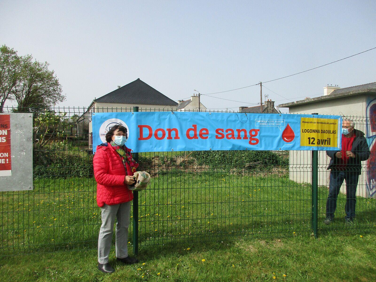 Photo du groupe pour la presse puis pose des banderoles route des Trois Prats à LOGONNA, carrefour de GOASVEN et au centre de DAOULAS