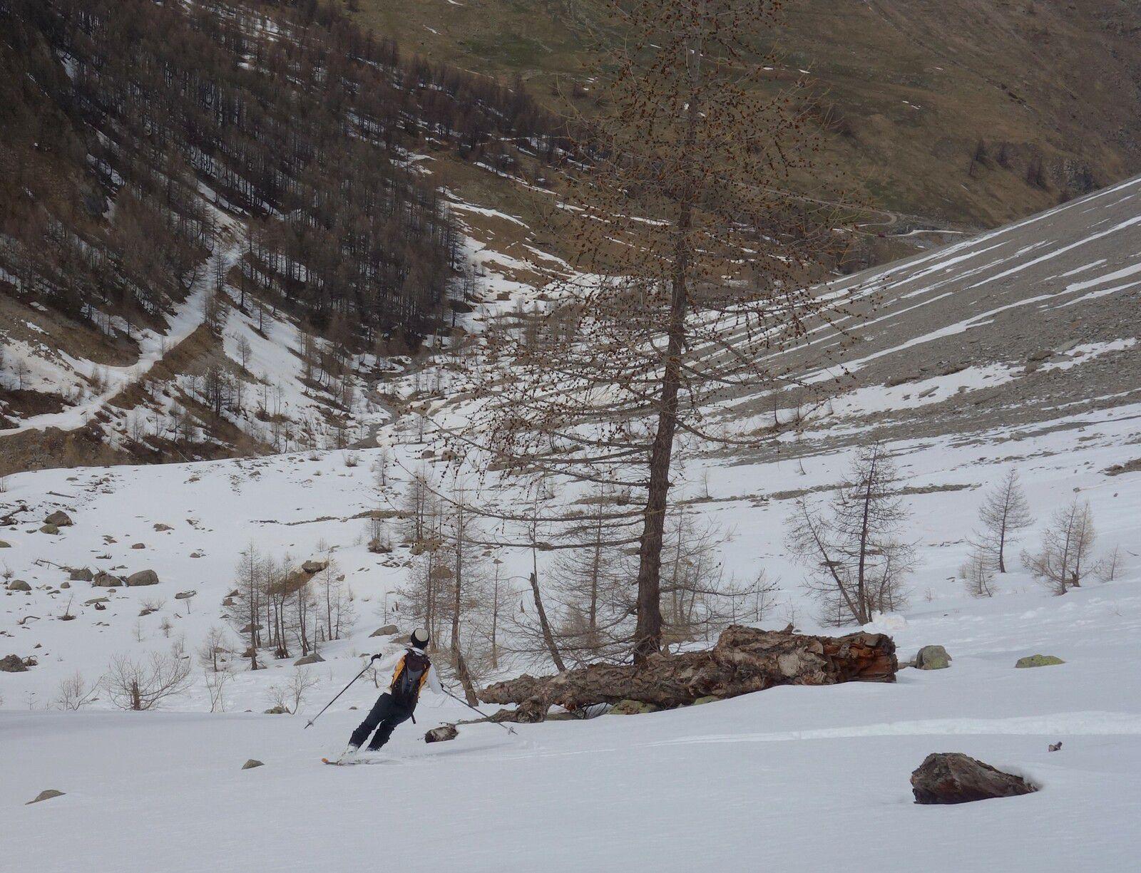 On descend presque à la voiture en ski sur les bandes de neige.