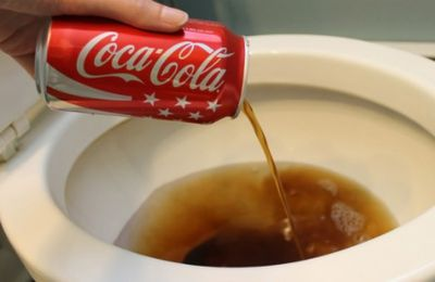 20 utilisations pratiques avec du Coca-Cola : preuve que le Coca n'a sa place dans le corps humain