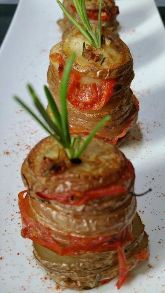 pommes de terre au four ail-tomates-romarin en verticalité