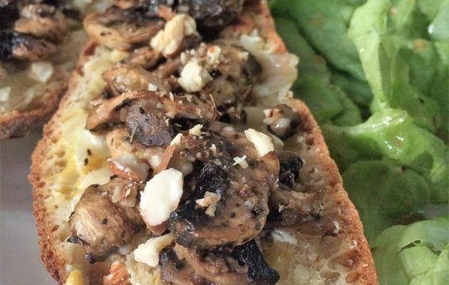 Bruschetta aux champignons de Paris, chèvre et noisettes.
