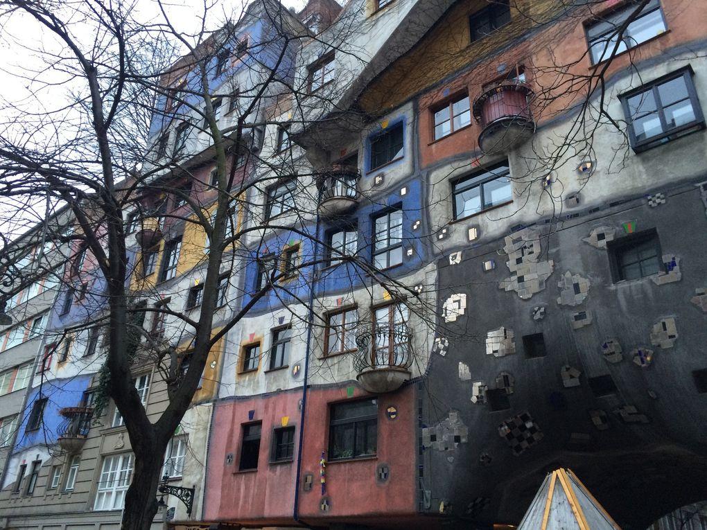 Hundertwasser : immeuble viennois et tableaux