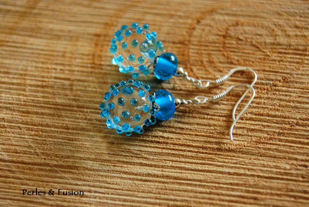 Boucles d'oreilles composées de perles en verre colorées filées au chalumeau par mes soins et parfois d'autres perles(bois, argent...).Chaque paire est unique. D'autres sont également disponibles au 01/03/2021 sur ma boutique en ligne PerlesFusion.etsy.com