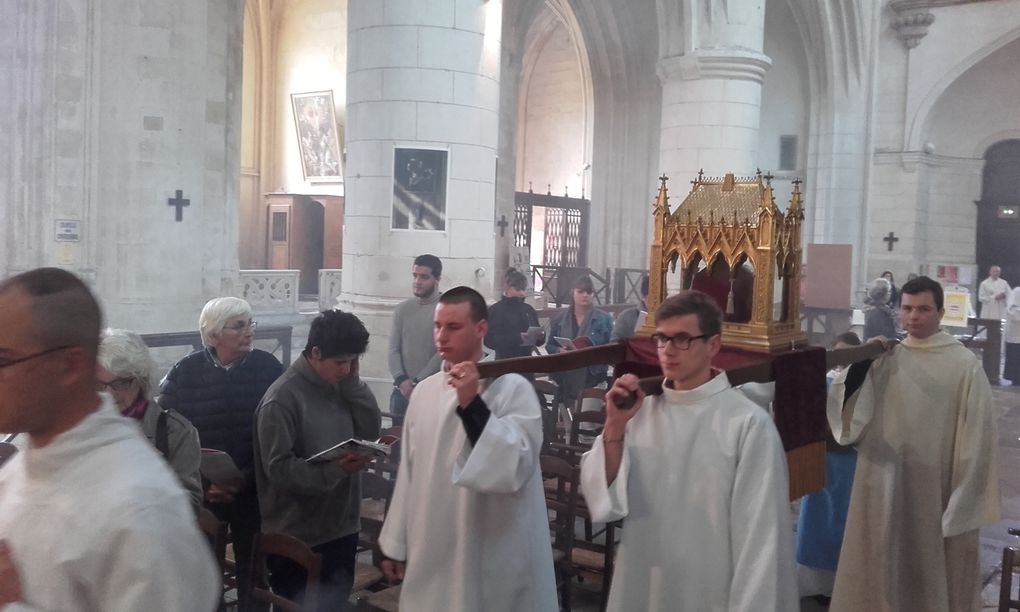 Les scouts se préparent physiquement..... et pendant ce temps les religieux, partis se restaurer avec les fidèles, prennent des forces pour une procession un peu sportive, de la cathédrale à la basilique St Eutrope.