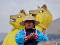 Le peuple Uros sur les îles flottantes du lac Titicaca à PUNO....Enfin, on dira plus sérieusement les Aymaras, des autochtones qui ont pris le relais commercial du véritable peuple Uros, disparus en fait dans les années 50. Ils m'ont fait penser aux pies tellement ils aiment ce qui brillent et à l'odeur de l'argent......c'est tout dire ....