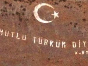 """A gauche, le slogan """"Turc, sois fier..."""" sur des bustes d'Atatürk dans un atelier spécialisé; """"Quel bonheur..."""" inscrit sur le flanc d'une montagne"""