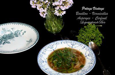 Potage vintage : bouillon, vermicelles, asperges, cerfeuil