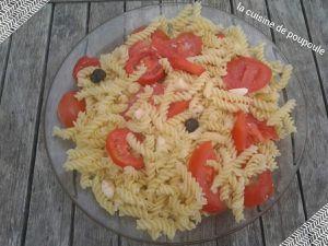 Salade de pâte, tomate, mozzarellaz et olives noires