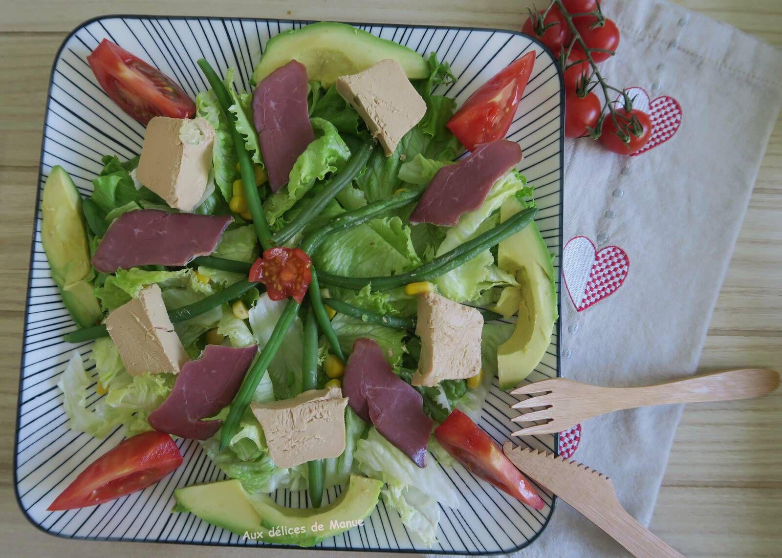 Salade gourmande au foie gras, magret séché et avocat