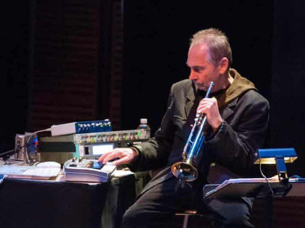Jon hassell, un trompettiste américain défricheur de nouvelles musiques formé avec Terry Riley et Brian Eno, l'apôtre du minimalisme et des musiques du monde, ,