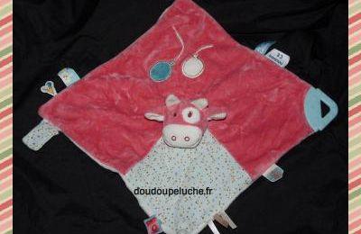Doudou plat vache Tidou et Lola, rose blanc cassé, ballons, anneau de dentition, grelot, www.doudoupeluche.fr