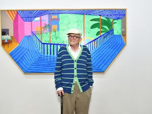 """A bigger interior with blue terrace and garden"" di David Hockney e l'omaggio di Walter Fest"