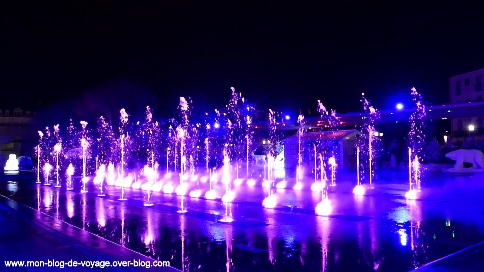 Quelques instantanés du spectacle de Noël de la fontaine lumineuse de la place Jean Jaurès (décembre 2019, images personnelles)