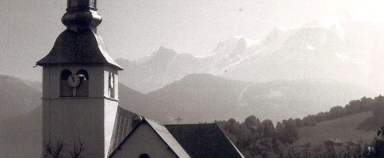 Cordon: en France: l'église près de la montagne