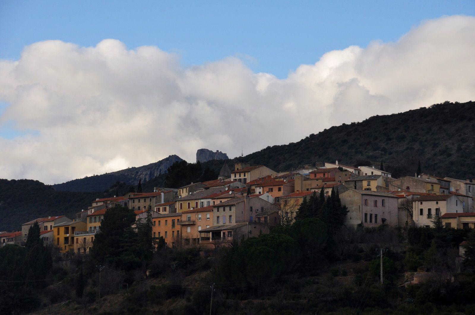 Cucugnan avec en plus derrière le château de Peyrepertuse.