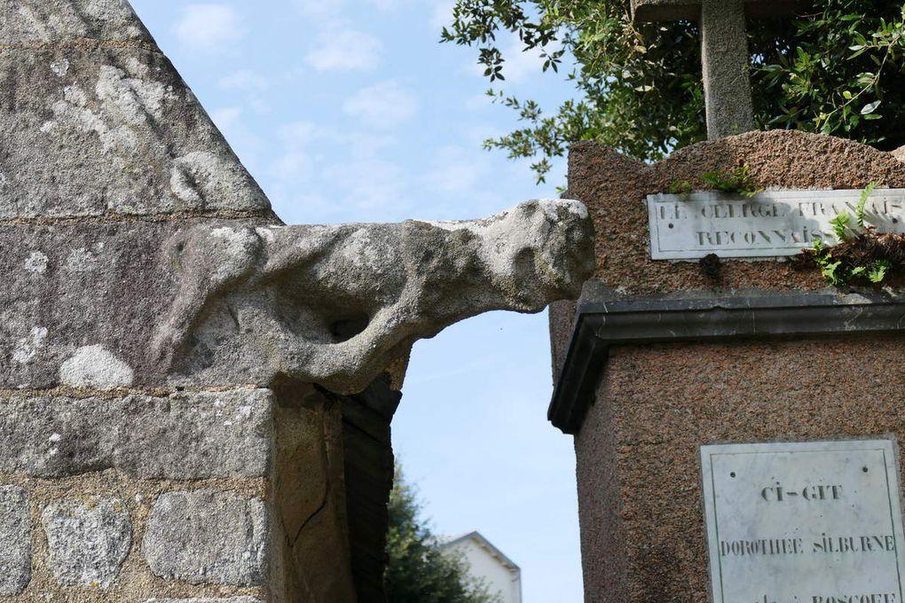 Crossettes de l'ossuaire sud de l'église Notre-Dame-de-Croas-Batz (1522-1545) à Roscoff. Photographie lavieb-aile juillet 2017.