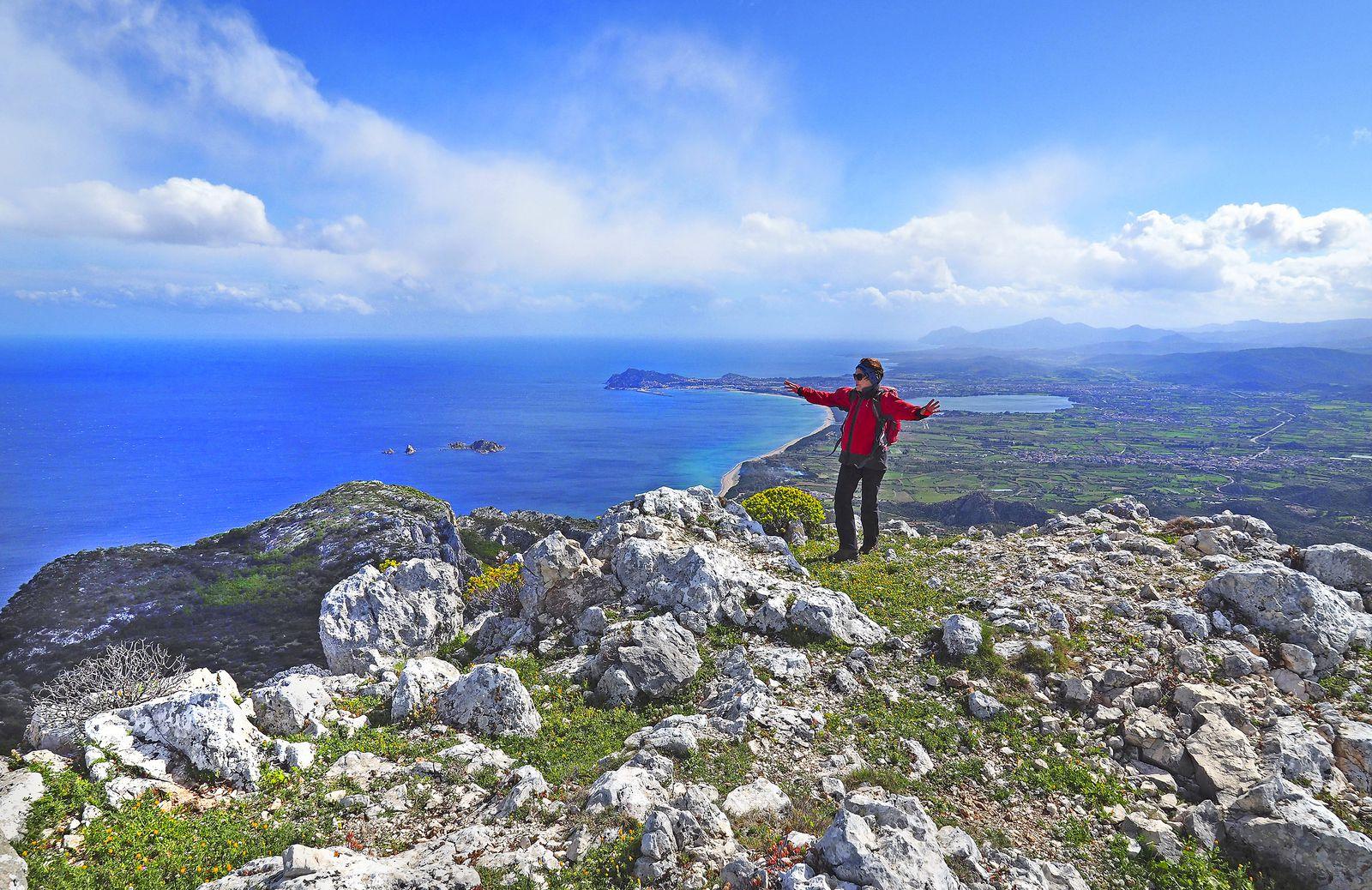 Au sud des Supramonte, le petit sommet du Scoine permet de dominer les villages côtiers de Santa-Maria Navarrese, Tortoli et Arbatax. Ce jour-là, il était difficile de lutter contre le vent marin...