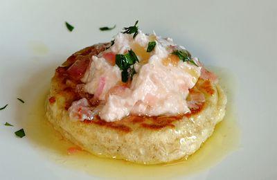Pancakes aux flocons d'avoine, mousse de fromage frais au jambon et beurre fondu à l'échalote