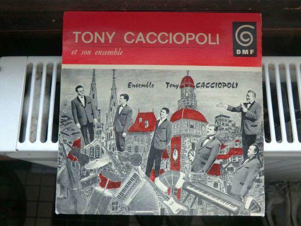tony caccioppoli, un accordéoniste moulinois qui eut son ensemble lors des années 1960 et joua avec les jocker's