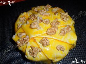 Camembert en croûte aux noix et confit d'oignon