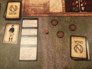 Chaque tour vous pouvez activer 3 unités, et jouer autant de cartes stratégies que vous voulez ( max 5 en main)