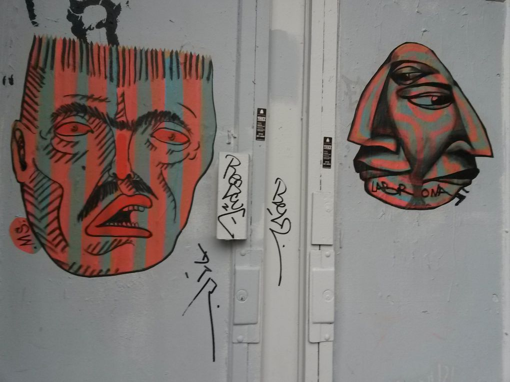 Les héros de Labrona et Mono Sourcil se côtoient sur un même mur ou une même porte.