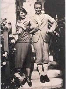 Gerald et Sara Murphy sur la plage de la Garoupe. - Zelda et Scott Fitzgerald à la villa Saint-Louis.