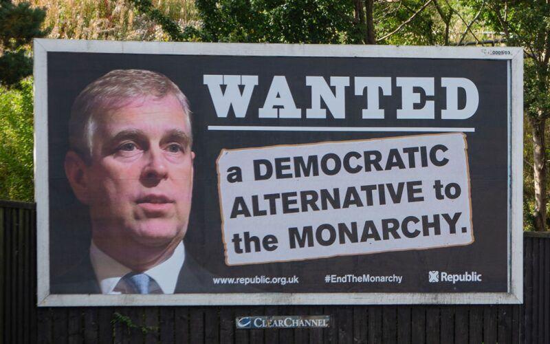 Des panneaux d'affichage « WANTED » du prince #Andrew apparaissent à travers la Grande-Bretagne alors que Duke esquive les avocats du procès pour viol de Virginia Roberts