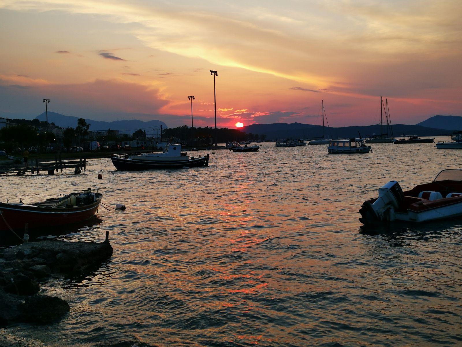 Poros, touristique mais jolie île. On y arrive depuis Galatas en bateau taxi pour 1 Euro la traversée. Beaucoup de gros bateaux dans le port. Il y a de l'argent !