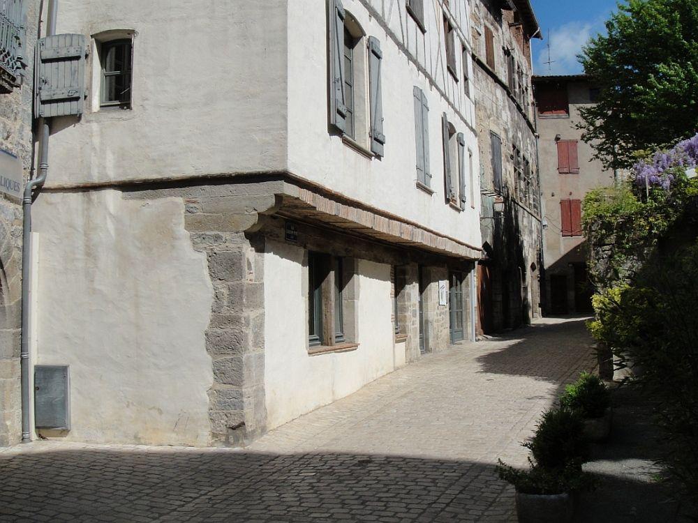 SAINT ANTONIN NOBLE VAL Cité médiévale blottie au creux d'une vallée.