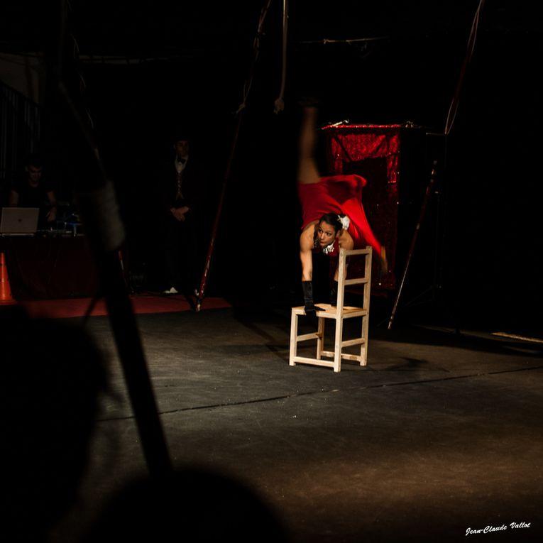 Tel une apparition, Miss chair subjugue le public par ça prestance. Elle s'enroule dans sa chaise jusqu'à  faire corps avec elle. Du glamour au ridicule, il n'y a qu'un pas que franchira peut être Miss Chair !
