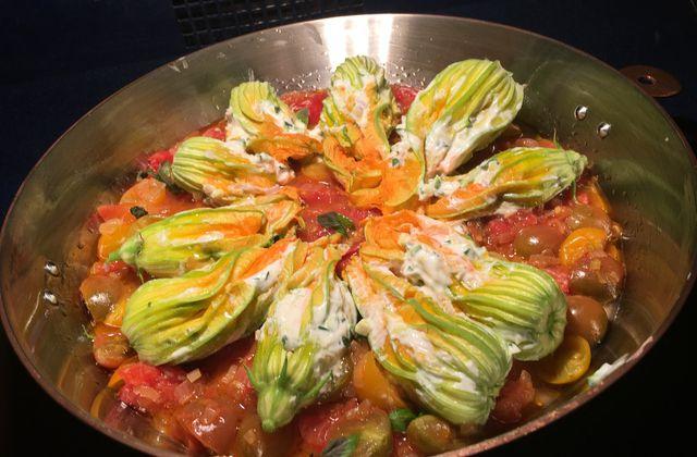 Fleurs de courgettes farcies sur son lit de tomates cerises