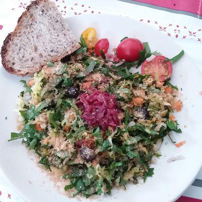 Crudités de chénopodes ou épinards,  légumes variés  et chou rouge lacto fermenté