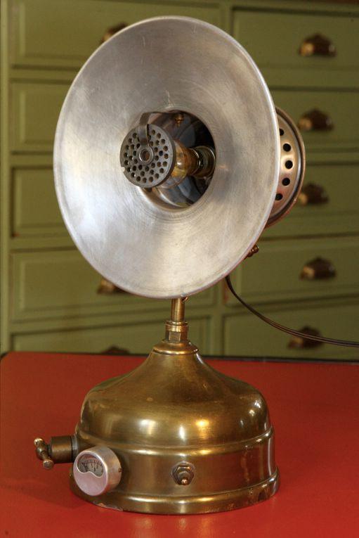 Voici la famille des anciens chauffages transformés en lampe. Objets purement utilitaires, ils n'en sont pas moins parfois très travaillé au niveau de formes et du design et se transforment toujours en belles et étonnantes lampes.