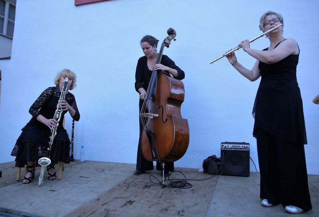 """Klezmermusik, so erzählt Gabriela Kaufmann, wird seit dem Mittelalter von wandernden jüdischen Künstlern, den Klezmorim gespielt. Typisch sind die """"Freylekhs"""" (fröhliche Stückli)."""