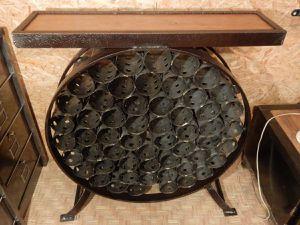 Design en nid d'abeilles. Alvéoles pour ranger les bouteille, tablette de dégustation au-dessus.
