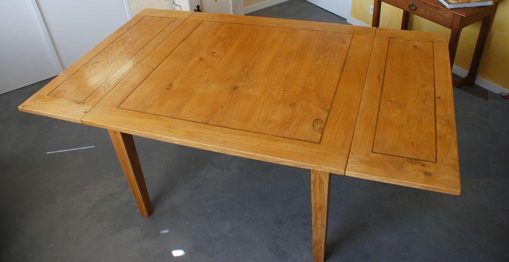 Deux tables modernes l'une carrée en chêne, l'autre restangulaire en frêne