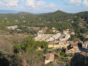 Le village et l'horizon par la fenêtre