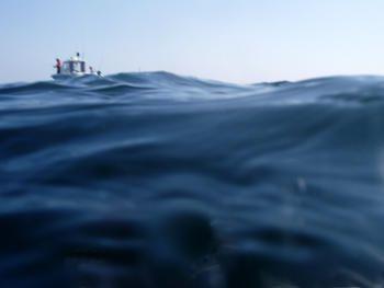 Seule en mer