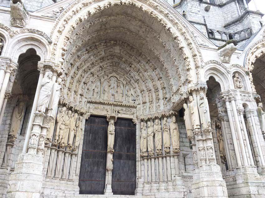 Côté septentrional de la cathédrale. Portail et détail des sculptures. On compte neuf portails sculptés, ce qui est unique en Europe. Ph. Delahaye.