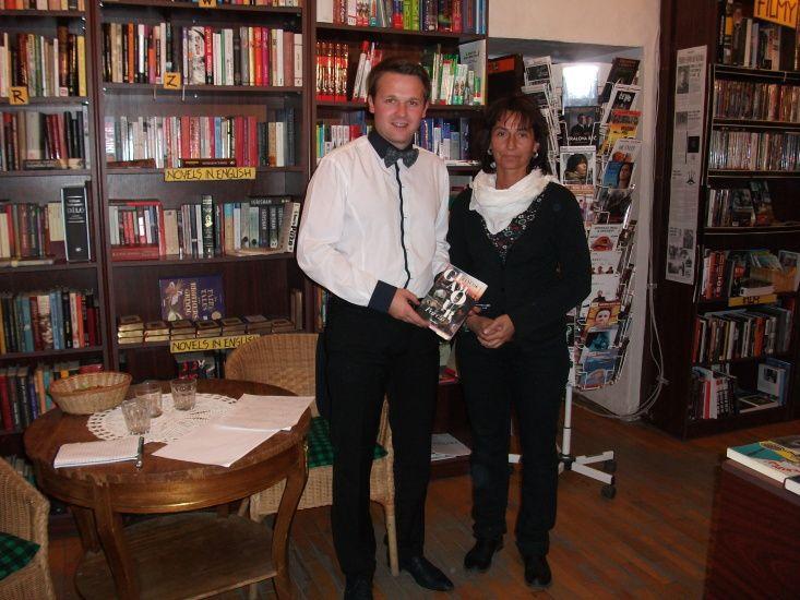 Prezentácia knihy Glamour Paríža. Podpisovanie, diskusia. Vzrušujúca diskusia s mladými ľuďmi. 18.október 2011 o 18.00h Art Fórum v Banskej Bystrici.